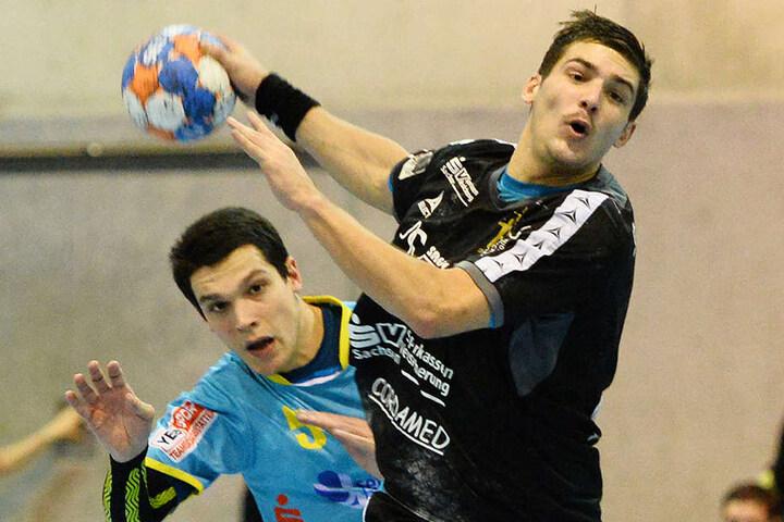 Hier spielten sie noch gegeneinander in der 3. Liga, jetzt bald gemeinsam im HCE-Trikot in der 2. Liga: Dresdens Tim-Philip Jurgeleit (v.) und der Bernburger Gabor Pulay.