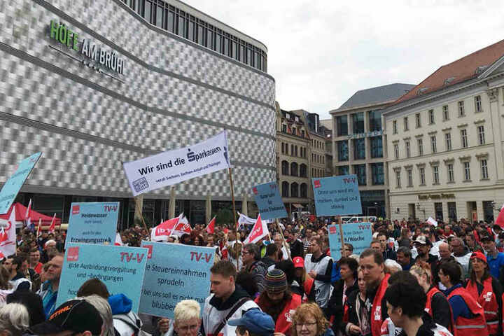 Mehrere hundert Streikende haben sich auf dem Richard-Wagner-Platz versammelt.