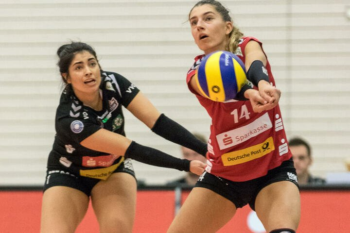 Dresdens Topscorerin Nikola Radosova (r.) ist bei der Annahme vor Libera Amanda Benson am Ball.