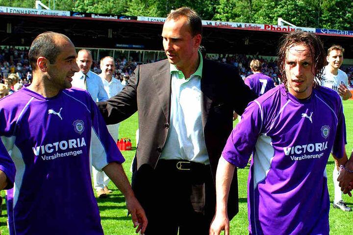Der erste große Erfolg gelang Uwe Leonhardt (M.) 2003. Der FCE stieg erstmals in die 2. Liga auf. Hier feiert er mit Kvicha Shubitidze (l.) und Gregor Berger.
