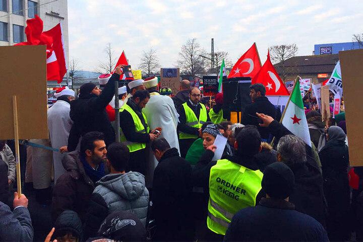 Ordner mischten sich unter die Demonstranten, um schnell eingreifen zu können, wenn es zu Ausschreitungen kommt.