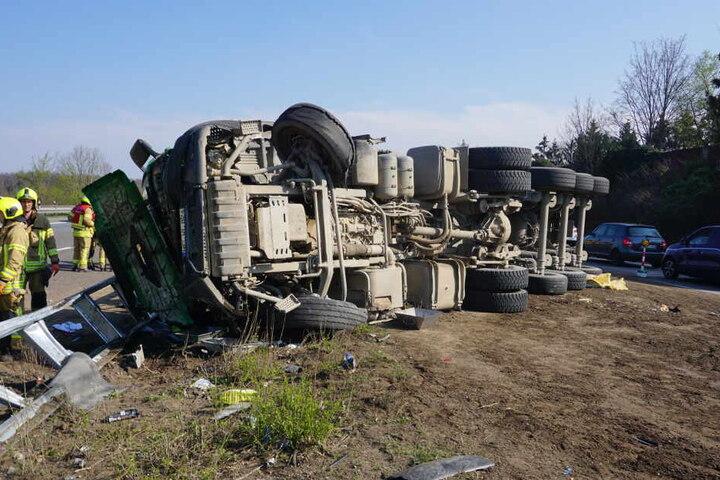 Der Laster durchbrach die Leitplanke.