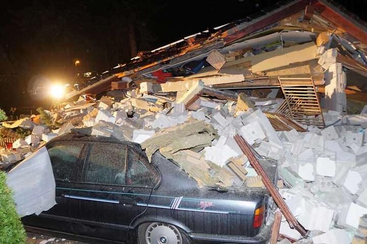 Unter den Trümmern wurde auch ein BMW begraben.