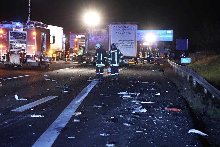 Nach einem Lkw-Unfall auf der A4 sind immer noch zwei Fahrspuren dicht.