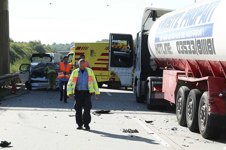 Zahlreiche Trümmerteile waren auf der Autobahn verstreut.