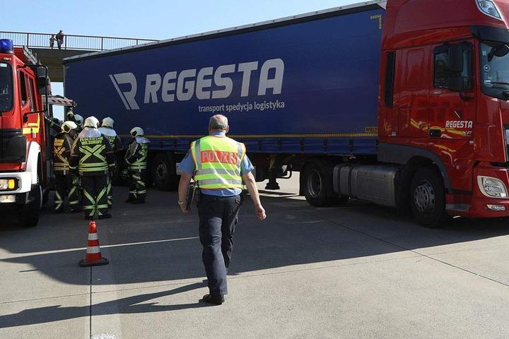 Rettungskräfte am LKW.