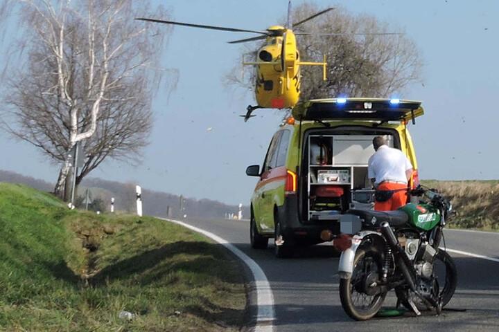 Der schwer verletzte Mopedfahrer wurde per Hubschrauber in eine Klinik geflogen.