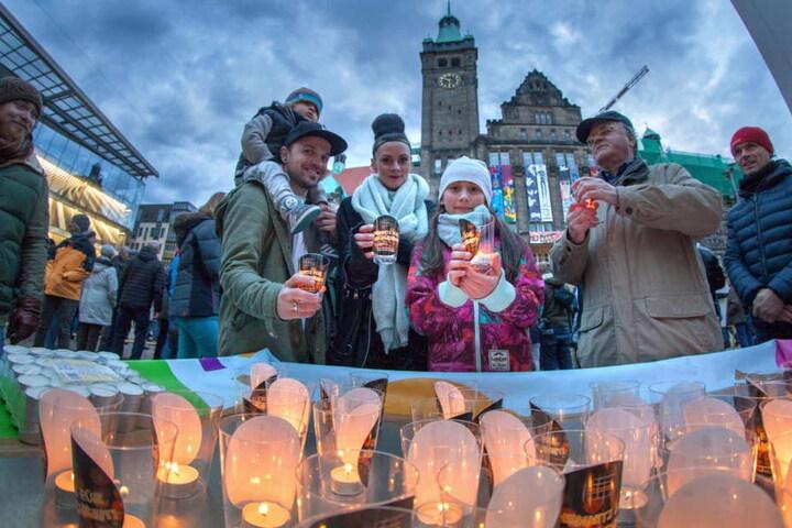 Viele Chemnitzer gedenken wie vor einem Jahr an jedem 5. März der Zerstörung der Stadt vor 73 Jahren.