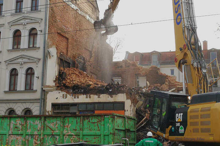 Der Kranfahrer muss extrem vorsichtig arbeiten, da das Haus neben der Ruine bewohnt ist.