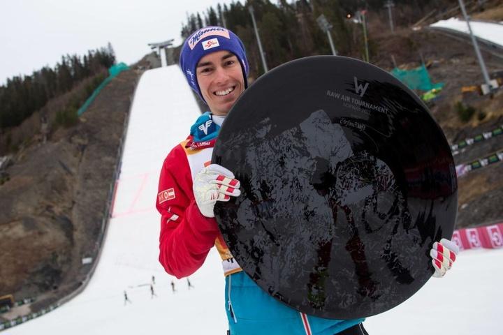 Stefan Kraft (23) zeigt es an: Der alte Weltrekord (251,5 Meter) ist  Geschichte.