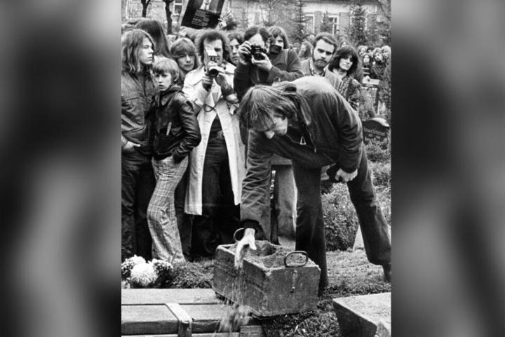 18. November 1974: Rudi Dutschke (vorne) am Grab von Holger Meins.