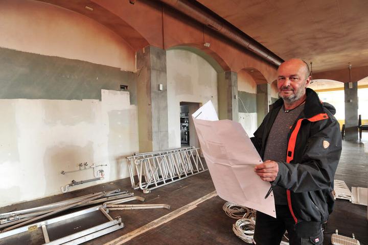 """Die alte Einrichtung ist schon raus: Gastwirt Dirk Gust (50) richtet seine Ratsstube im früheren """"Mama Joe's"""" ein."""