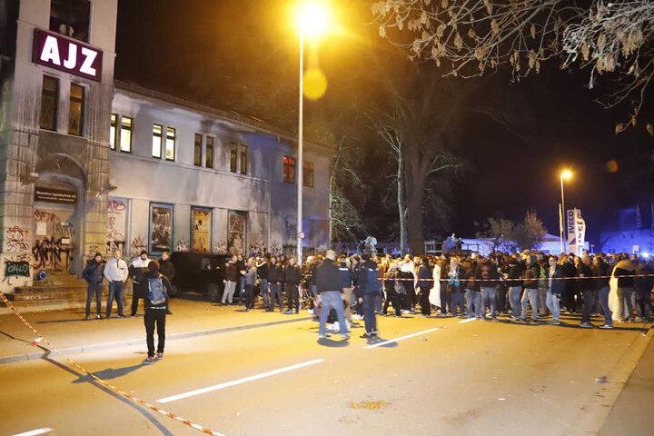 Noch bevor das Konzert begann, ging eine anonyme Bombendrohung ein. Mehrere Hundert Gäste mussten das AJZ verlassen und stehen vor dem Gebäude.