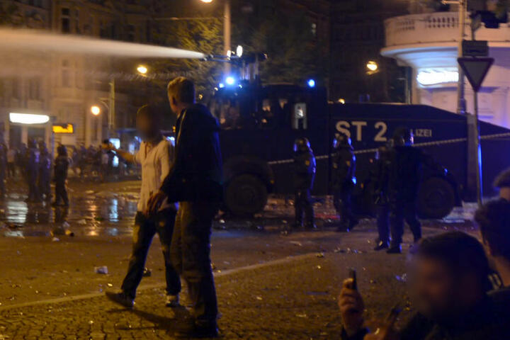Mit einem Wasserwerfer ging die Polizei gegen die Gewalttäter vor.