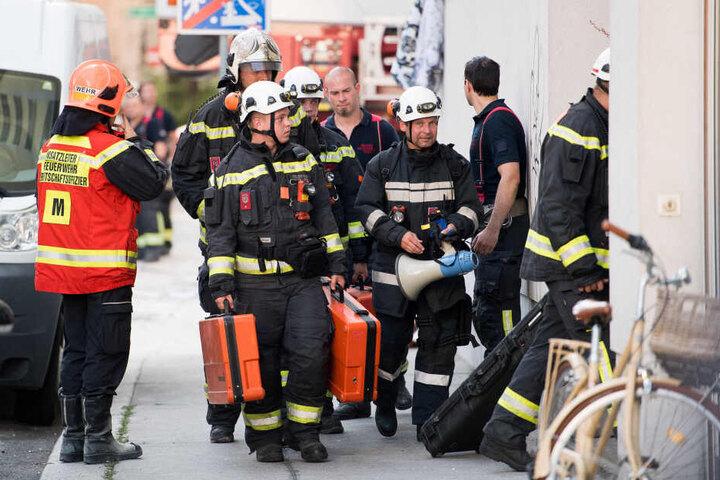Feuerwehrleute bereiten sich auf einen Einsatz vor.