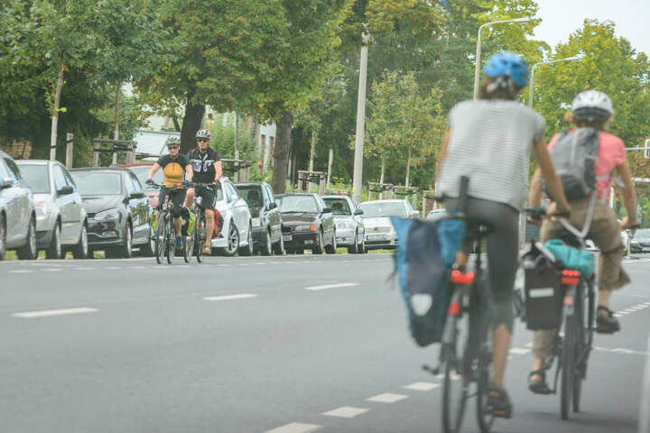 Auch entlang der Winterbergstraße müssen Radler eng an seitlich parkenden Autos vorbei fahren.