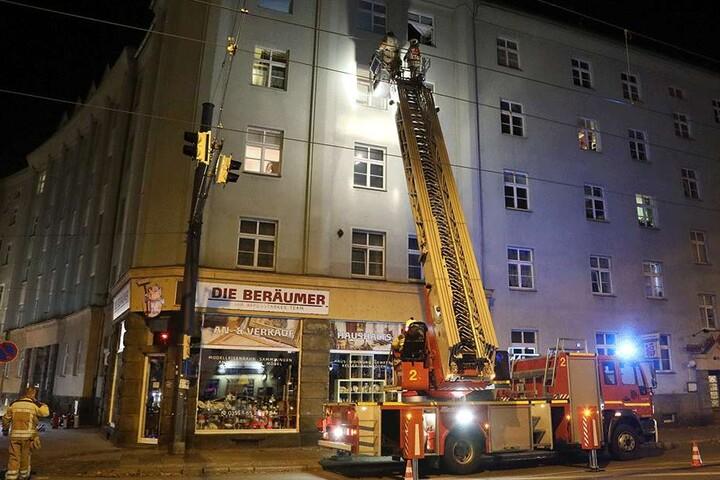 Die Feuerwehr nähert sich der Wohnung.