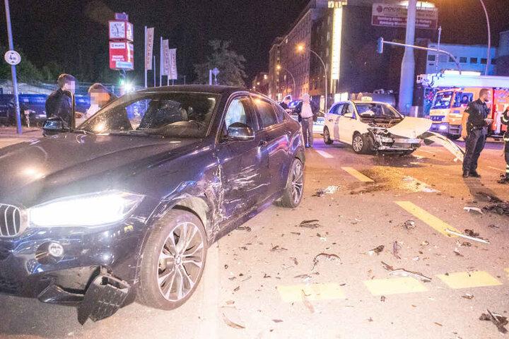 Bei dem Unfall wurden zwei Autos schwer beschädigt.