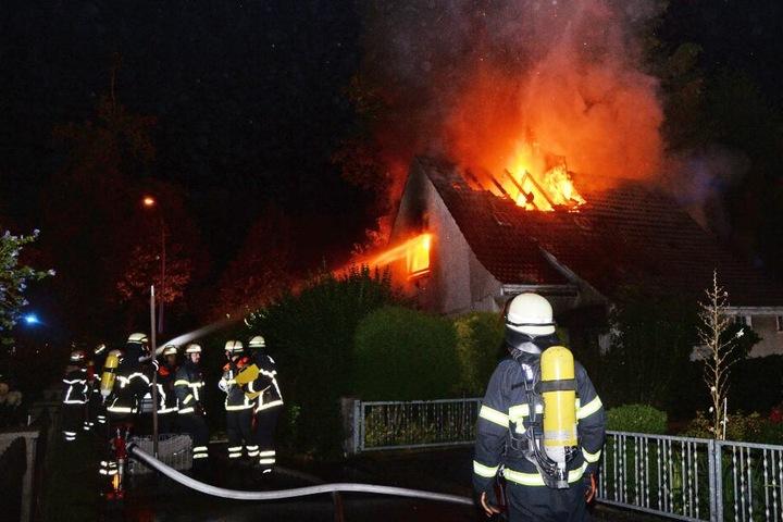 Die Feuerwehrleute kämpften gegen die Flammen.