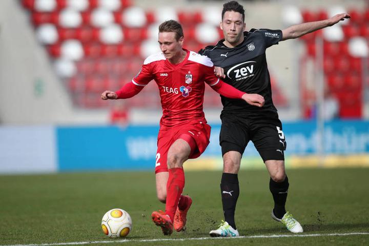 Christoph Menz (RWE) und Aykut Öztürk, der Zwickau mit dem 0:1-Treffer in Führung brachte.