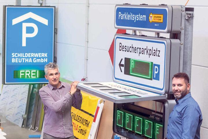 """Thomas Rieger (46, l.) und Marcel Manig (47) vom Schilderwerk Beutha. Wie  Parkleitsysteme auf neuesten Stand gebracht werden, zeigt das Unternehmen am 18.  und 18. Oktober auf der Messe """"Kommunale"""" in Nürnberg."""