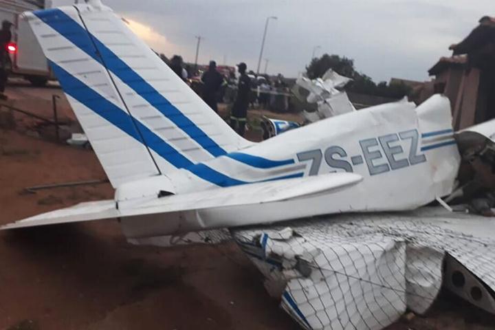 Nur das Heck lässt in den Trümmern ein Flugzeug erkennen.