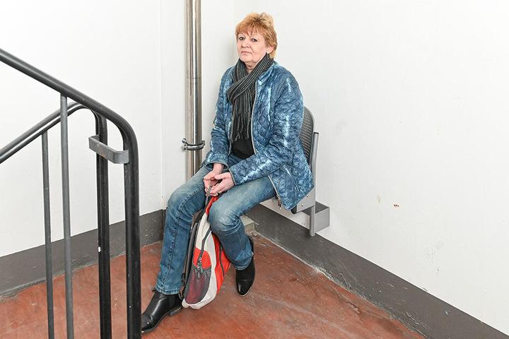 Mieterin Regina Röder (59) macht Pause im Treppenhaus: Vonovia ließ nach dem Brand Sitze im Treppenhaus anbauen.