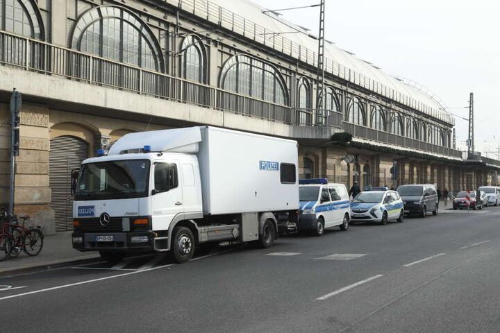 Jede Menge Polizei an der Bayrischen Straße vor dem Dresdner Hauptbahnhof.