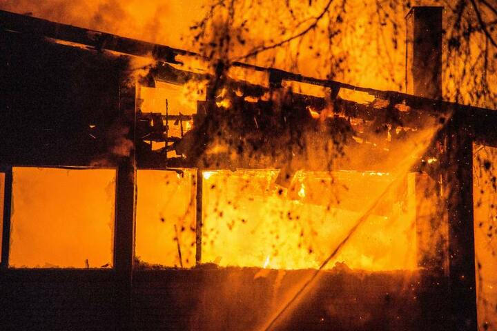 Die größte Aufgabe der Feuerwehr war es, das Feuer einzudämmen, damit es nicht auf angrenzende Stallungen überging.