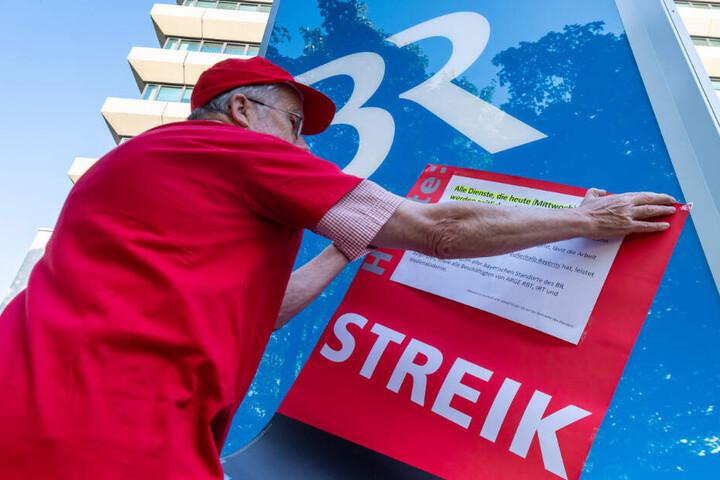 """Ein Plakat mit der Aufschrift """"Streik"""" wird vor dem Funkhaus des bayerischen Rundfunkaufgehängt."""