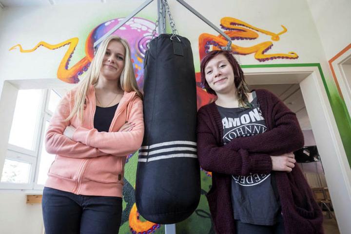 Begehrte Fachkräfte: Selina Friebe (20) und Josephine Enge (21,v.l.) arbeiten bei der AWO, studieren in Breitenbrunn. Die Stadt fördert nun auch freie Träger, bezahlt einen Teil der Ausbildung.