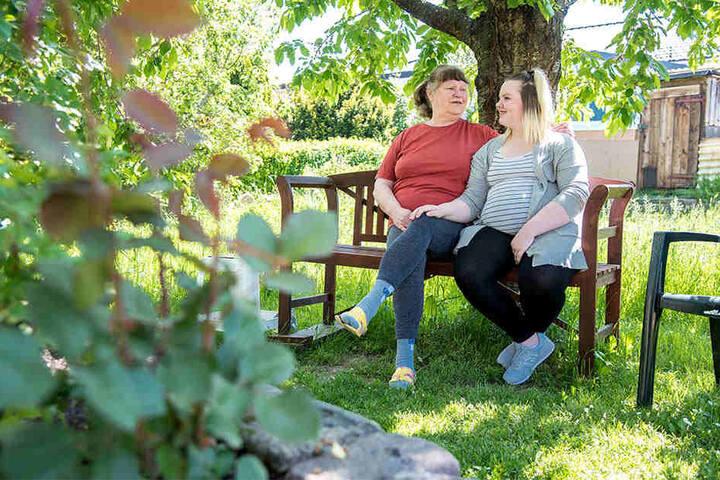 Oma Bärbel Triebel (69) würde sich um Nelly (14) und den kleinen neuen Erdenbürger gerne kümmern.