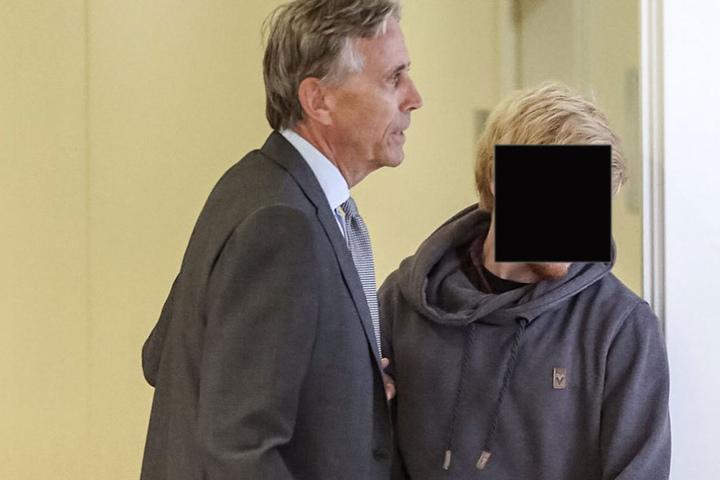 Samuel W. mit seinem Anwalt auf dem Weg in den Verhandlungssaal.