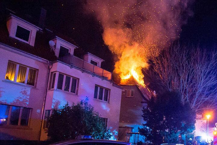 Lichterloh brannte der Dachstuhl, als die Feuerwehr eintraf.