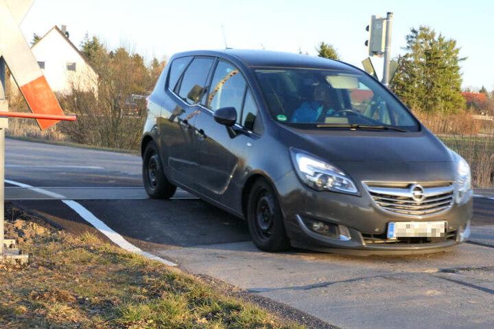 Deutlich zu sehen: Nach dem Passieren der Gleise setzt dieser Opel auf der Straße auf.