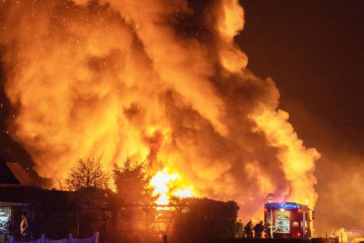 Die Scheune geht in Flammen auf und bilde große Rauchschwaden.