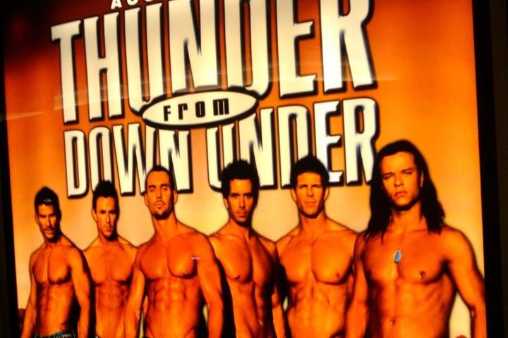 Thunder From Down Under touren mit stählernen Muskeln und viel gebräunter, nackter Haut um die Welt.