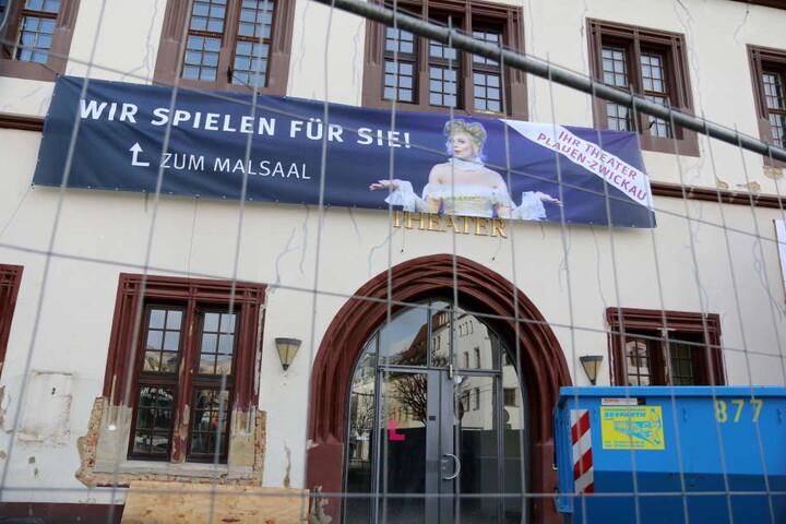 Die Fassade des Gewandhauses in Zwickau (Sachsen) zeigt am 09.03.2017 deutliche Risse. In den kommenden zwei Jahren soll das Theater umfassend saniert werden.