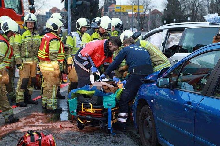 Ein Unfallopfer wird auf der Trage transportiert.