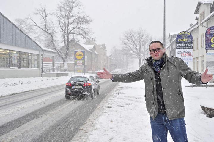 CDU-Stadtrat Andreas Marschner (38) fordert mehr Querungshilfen an der Bundesstraße.