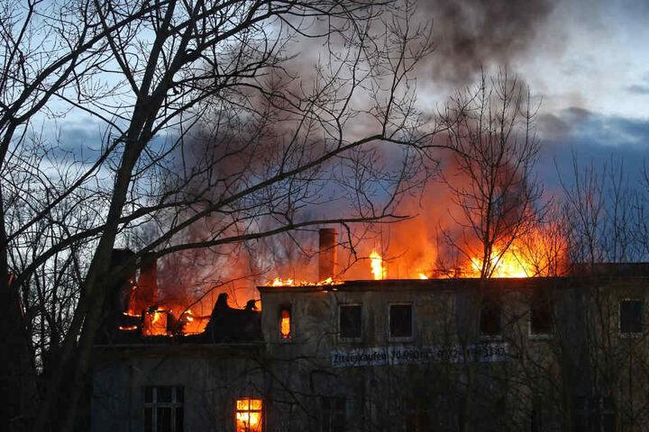 Der Dachstuhl der ehemaligen Wäscherei stand komplett in Flammen.