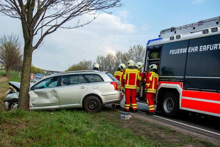 Die Feuerwehr musste dem Mann helfen aus dem Auto zu kommen.