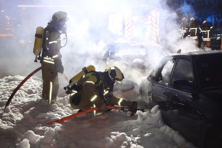 Als die Feuerwehr eintraf, standen bereits alle Fahrzeuge in Flammen.