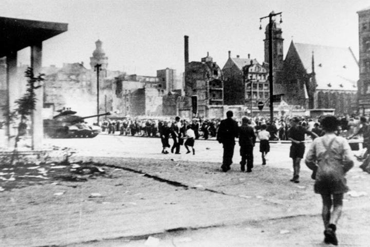 Leipzig am 17. Juni 1953 - vor Neuem Rathaus und Thomaskirche sind Panzer aufgefahren.
