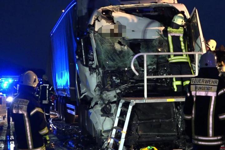 Der Fahrer wurde bei dem wuchtigen Crash leicht verletzt.