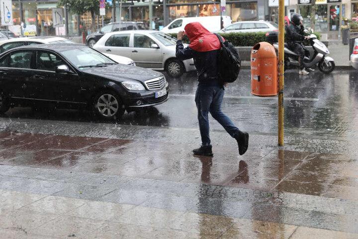 Die nassen Wetter-Verhältnisse können zu Glättegefahr führen. Besonders in der Nacht zum Donnerstag sollten Autofahrer vorsichtiger fahren.