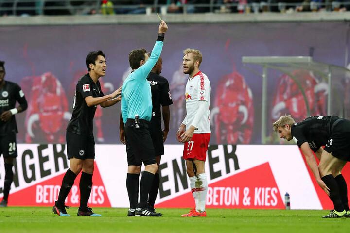 Konrad Laimer (2.v.r.) sah gegen Frankfurt seine fünfte Gelbe Karte und fehlt nächsten Samstag in Stuttgart.