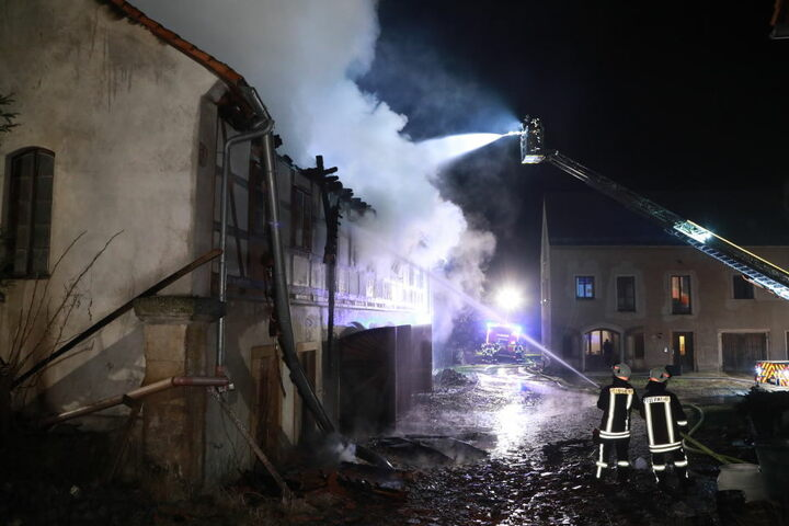 Das Nebengebäude eines Vierseitenhofs stand in Flammen.