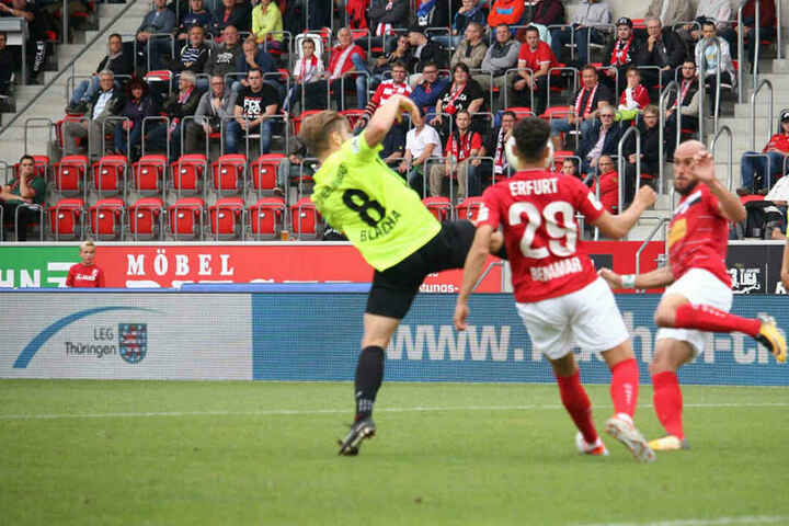 Samir Benamar und Daniel Brückner kämpfen um den Ball.