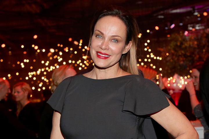 Schauspielerin Sonja Kirchberger feiert in Hamburg auf der Party nach der Verleihung der 51. Goldenen Kamera.